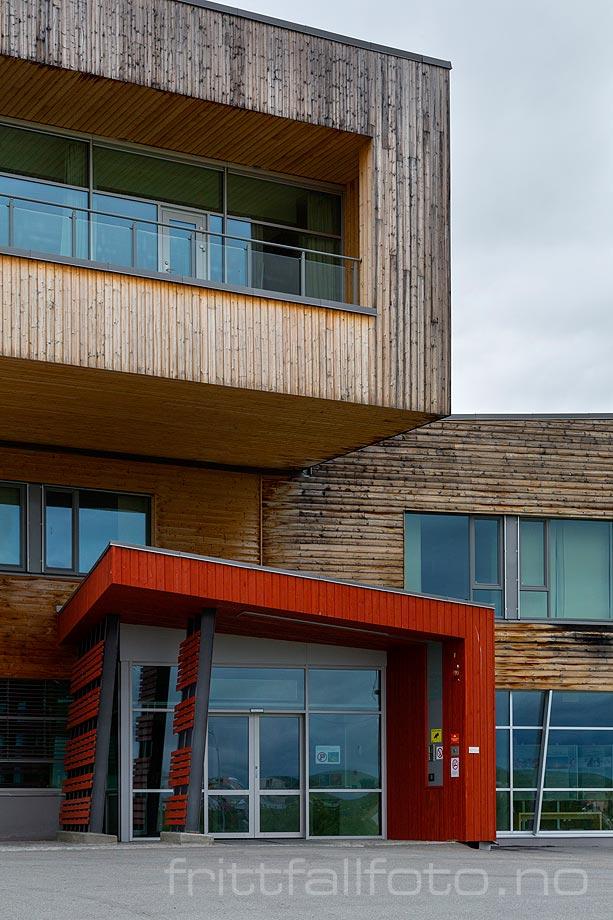 Ved Samisk Høgskole i Kautokeino på Finnmarksvidda, Kautokeino, Troms og Finnmark.<br>Bildenr 20170730-099.