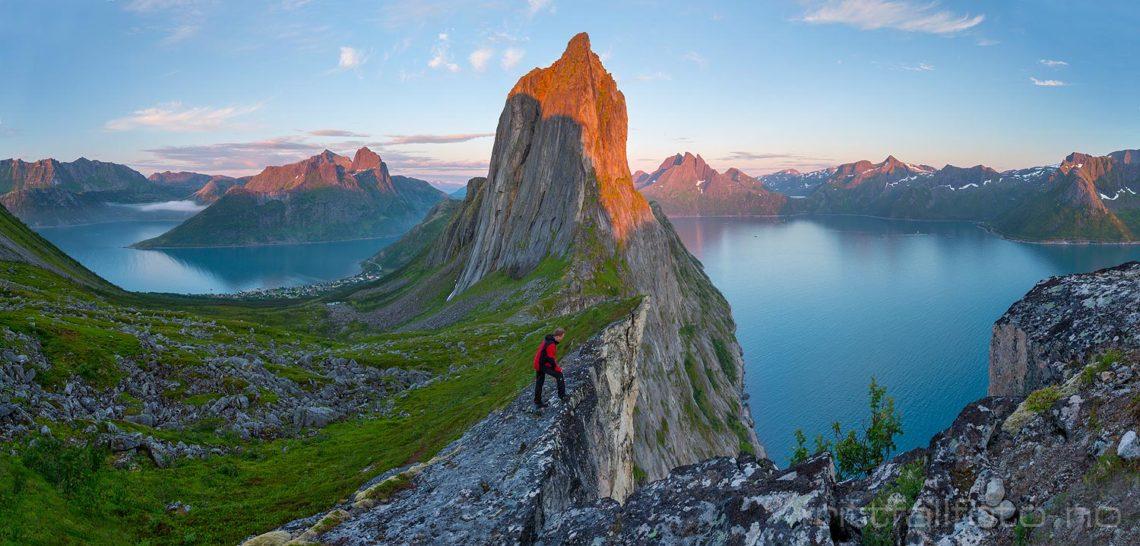 Segla tar imot dagens siste solstråler ved Mefjorden, Senja, Troms og Finnmark.<br>Bildenr 20170804-448-452.