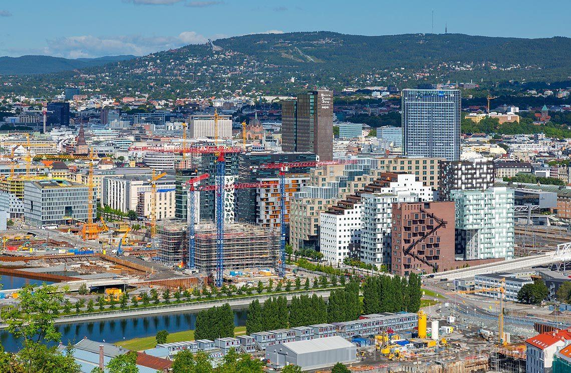 Fra Ekeberg mot Operakvarteret, Oslo. Holmenkollen i bakgrunnen.<br>Bildenr 20170813-002.