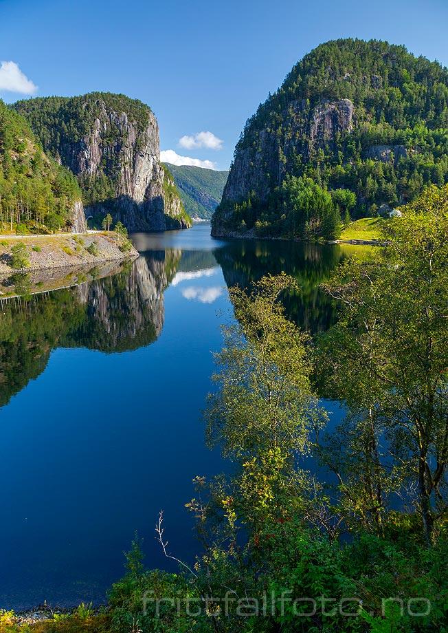 Suldalsporten ligger nær Helganes ved Suldalsvatnet, Suldal kommune, Rogaland.