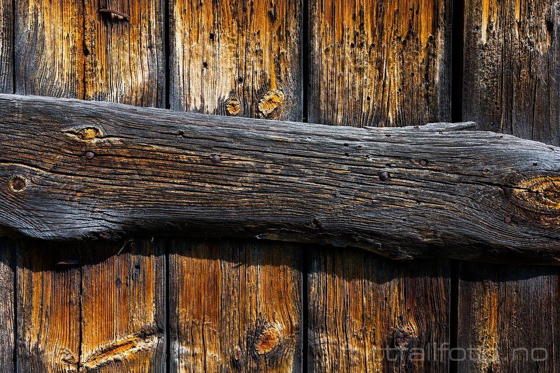 Furet og værbitt låvedør på Hallingdal museum ved Gol, Buskerud.
