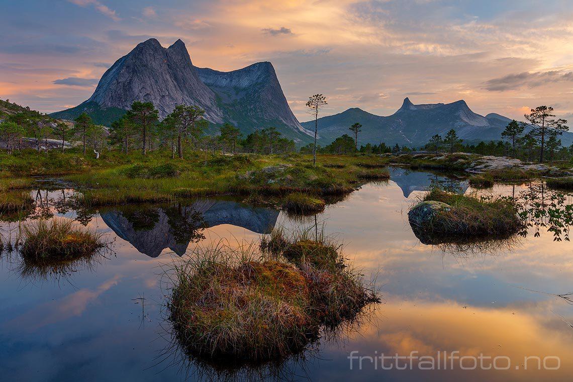 Stille sommernatt ved Efjorden i Ballangen, Nordland.