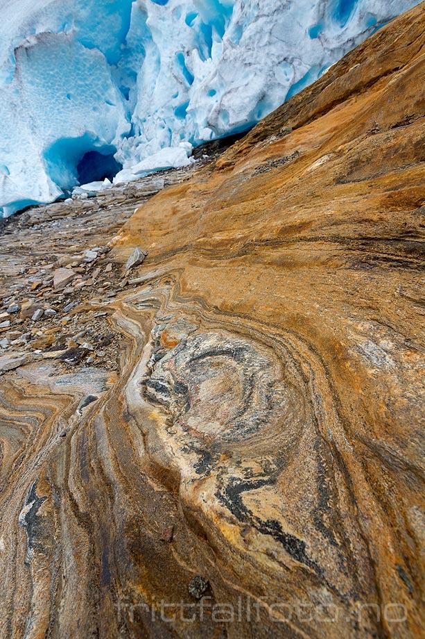 Fargerik berggrunn ved Austerdalsisen i Rana, Nordland.