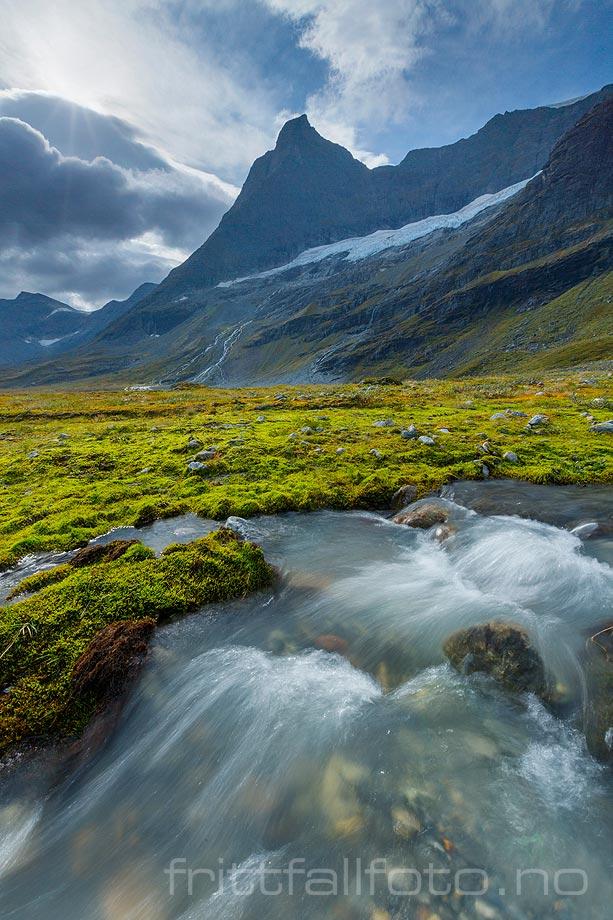 Friskt brevann sildrer over de grønne slettene i Dyrdalen, Norddal, Møre og Romsdal.