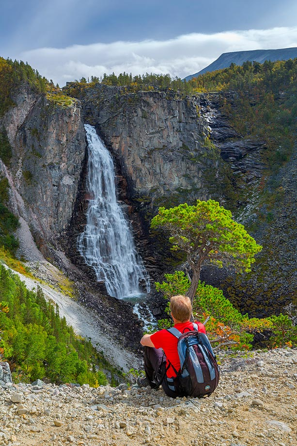Ved det mektige Linndalsfallet i Åmotan, Sunndal, Møre og Romsdal.