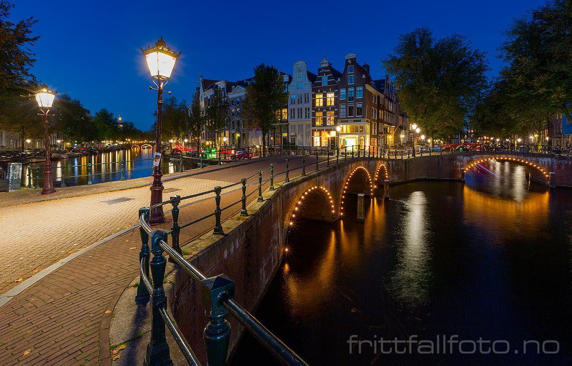 Kveld ved Keizersgracht i Amsterdam, Nederland.