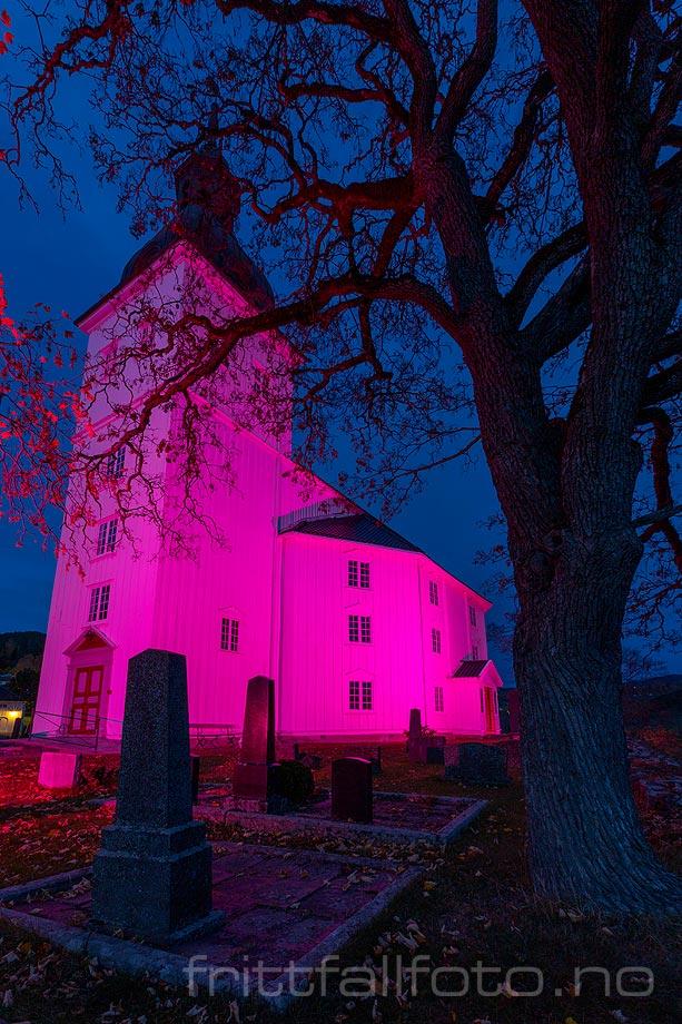 Stemningsfull kveld ved Jevnaker kirke, Oppland.