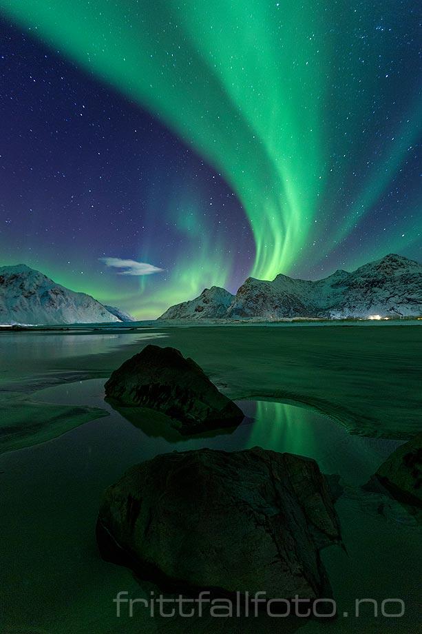 Nordlyset blafrer over Skagsanden på Flakstadøya i Lofoten, Flakstad, Nordland.