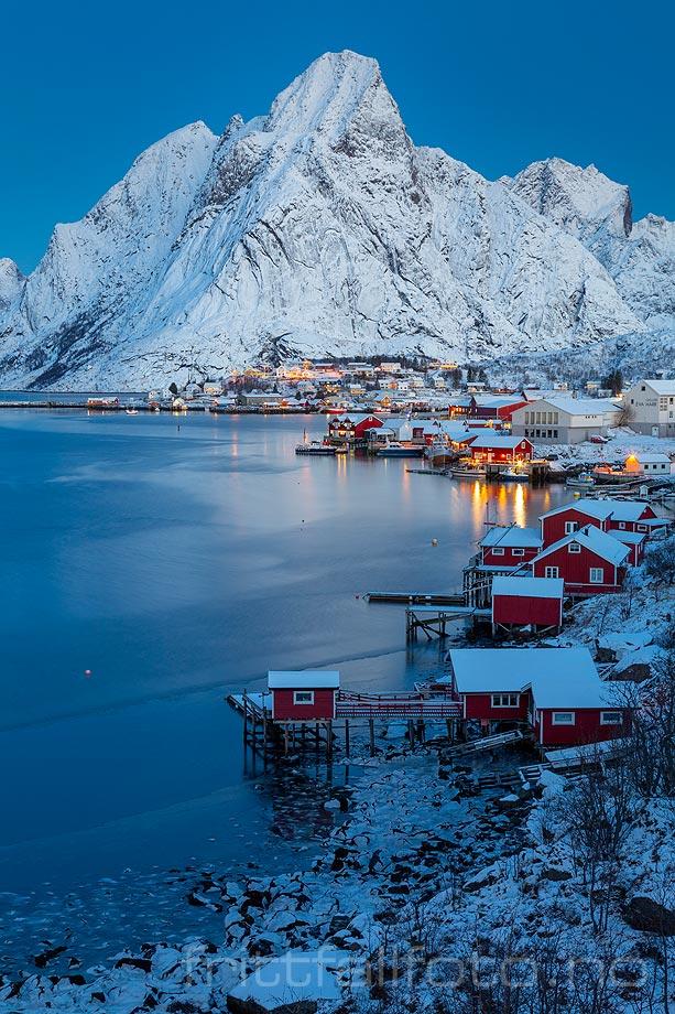 Desemberdag ved Reine i Lofoten, Moskenes, Nordland.