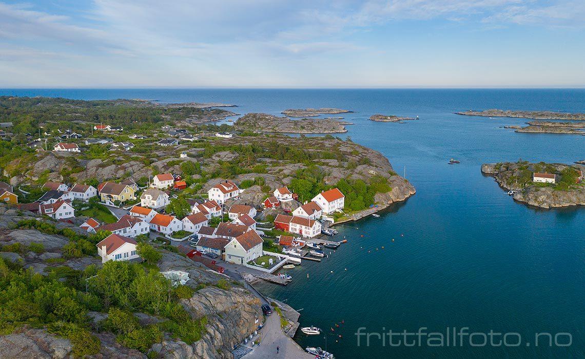 Den koselige uthavna Brekkestø ligger på Justøya, Lillesand, Agder.<br>Bildenr 20190607-044.