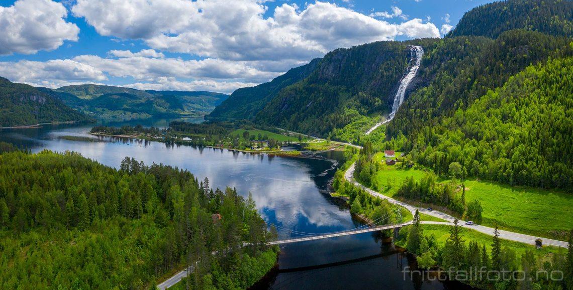 Det er grønt og frodig der Reiårsfossen faller ned i Setesdalen ved Ose, Bygland, Agder.<br>Bildenr 20190610-255-256.