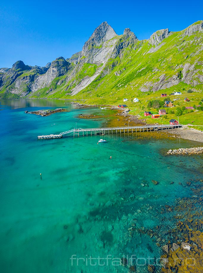 Turkisgrønt sjøvann omgir Vindstad på Moskenesøya, Moskenes, Nordland.<br>Bildenr 20190731-0143-0146.