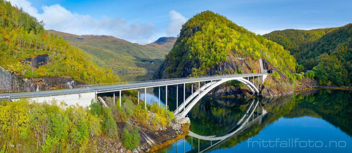 Trengsel bru tar E6 over sundet der Tørrfjorden møter Nordfjorden, Sørfold, Nordland.<br>Bildenr 20190920-0469-0470.