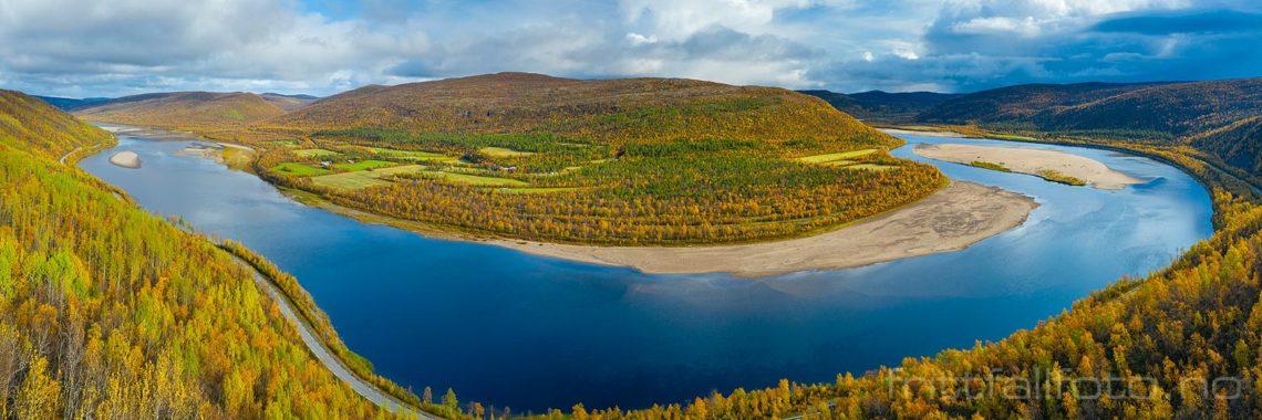 Tana gjør en stor sving ved Valjohka, Karasjok, Troms og Finnmark.<br>Bildenr 20190921-297-301.