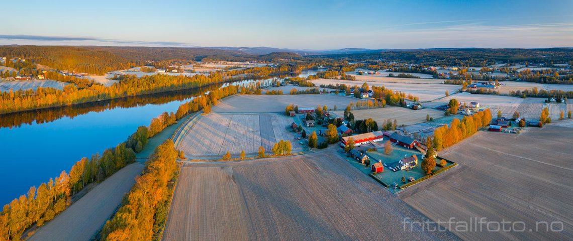 Glomma renner blank og rolig forbi kulturlandskapet i Heradsbygd, Elverum, Innlandet.<br>Bildenr 20191006-122-123.