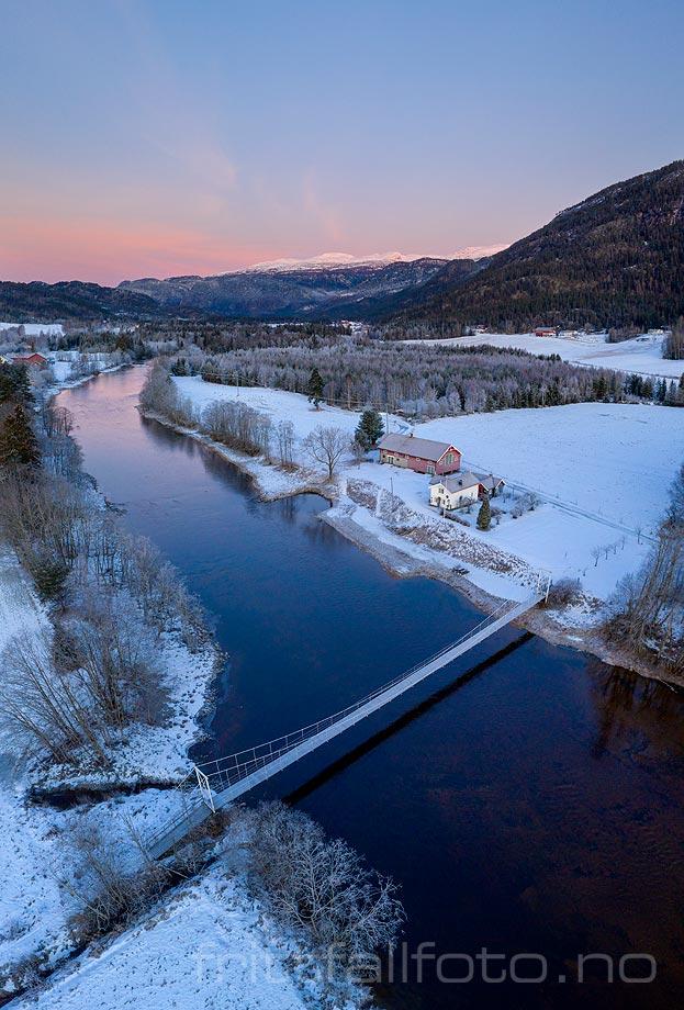Bøelva renner stille forbi Sudmoen i Øvre Bø. Midt-Telemark, Vestfold og Telemark.<br>Bildenr 20191227-012-022.