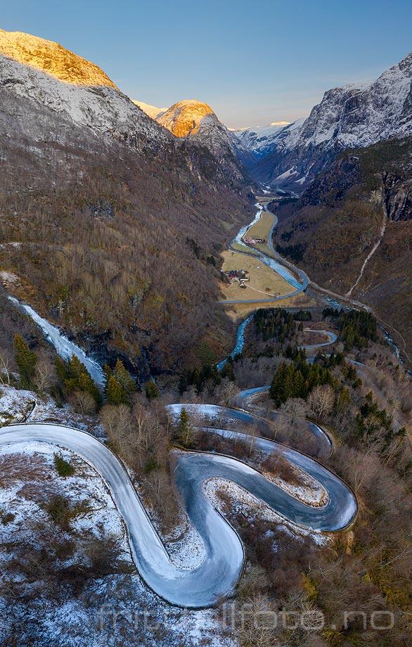 Stalheimskleiva snirkler seg ned i Nærøydalen, Voss, Vestland.<br>Bildenr 20200110-266-281.