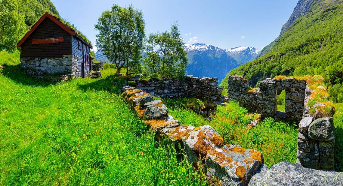 Far etter folk. Gomsdalen ligger forlatt høyt over Geirangerfjorden, Stranda, Møre og Romsdal.<br>Bildenr 20190615-0765-0766.