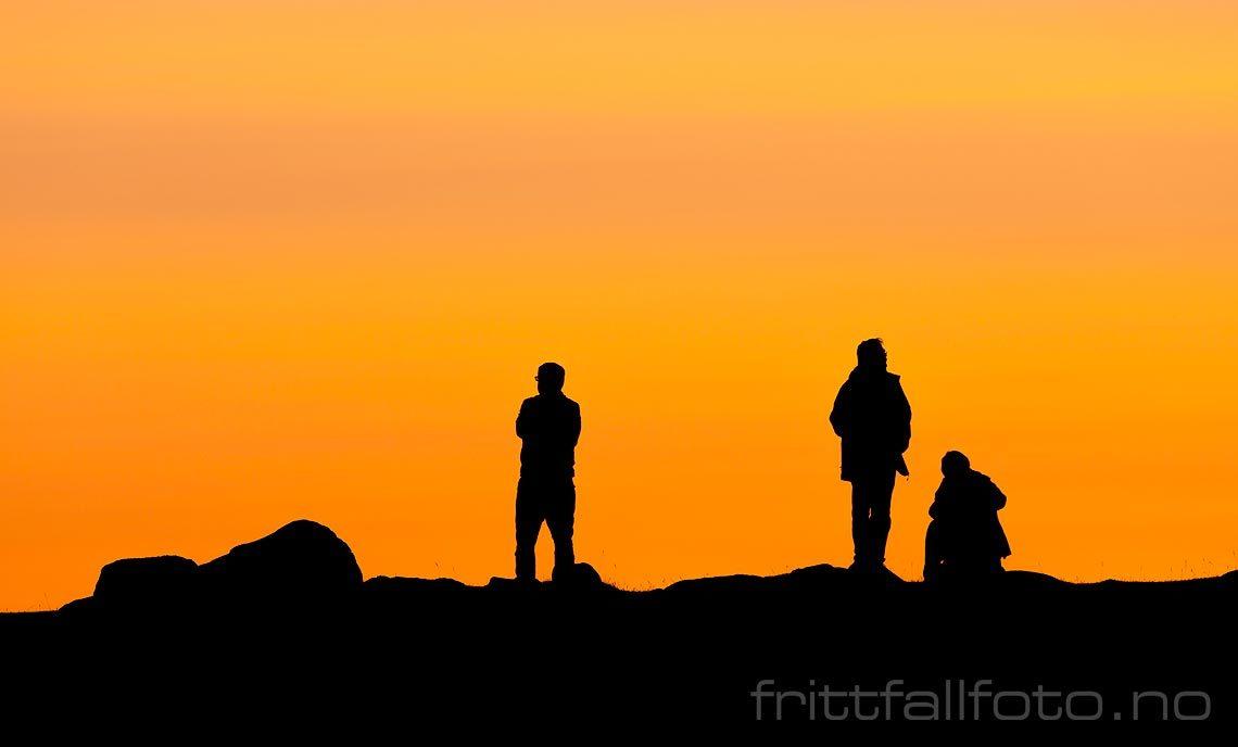 Turister nyter solnedgangen ved Utakeliv, Vestvågøy i Lofoten, Nordland.<br>Bildenr 20190730-410.