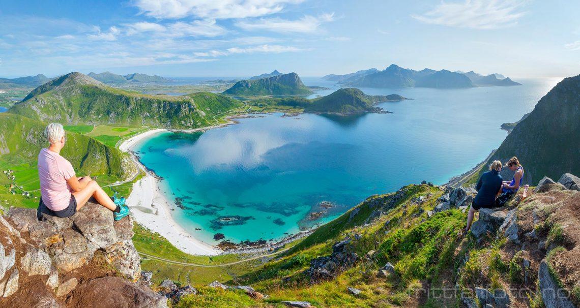 Spektakulær utsikt fra Mannen ved Hauklandstranda, Vestvågøy i Lofoten, Nordland.<br>Bildenr 20190731-1174-1176.