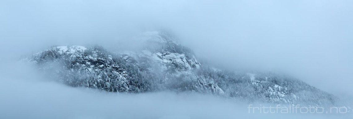 Tåke rammer inn Erikesteinfjellet nær Bø, Midt-Telemark, Vestfold og Telemark.<br>Bildenr 20191215-023-029.