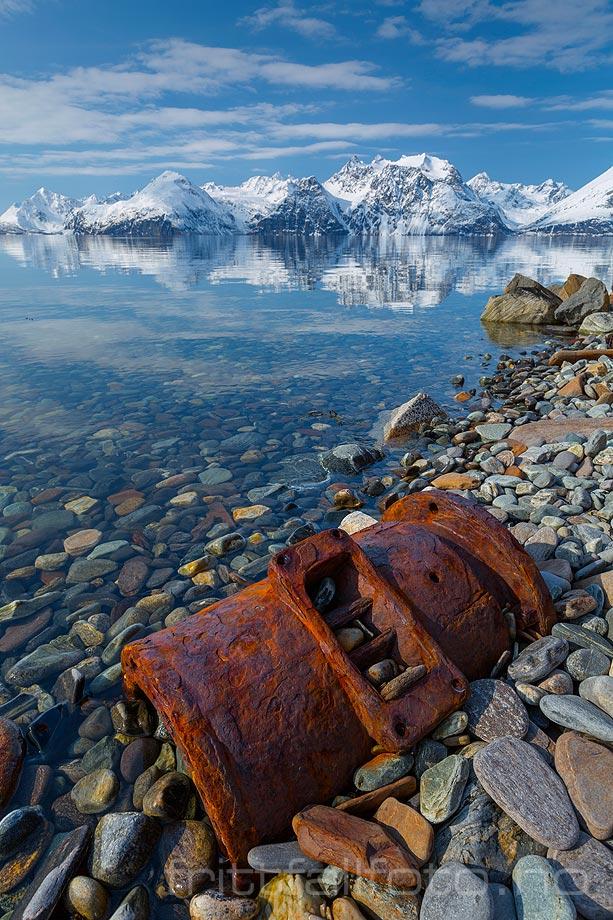 En gammel maskindel ruster i fjæra ved Lyngen, Kåfjord, Troms og Finnmark.<br>Bildenr 20150416-537.