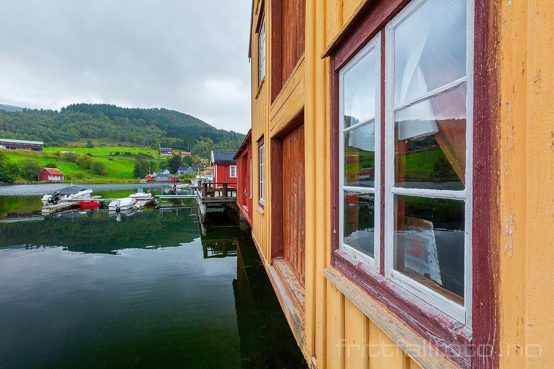 Gammelt sjøhusmiljø ved Otnes i Valsøyfjorden, Heim, Trøndelag.<br>Bildenr 20160914-132.