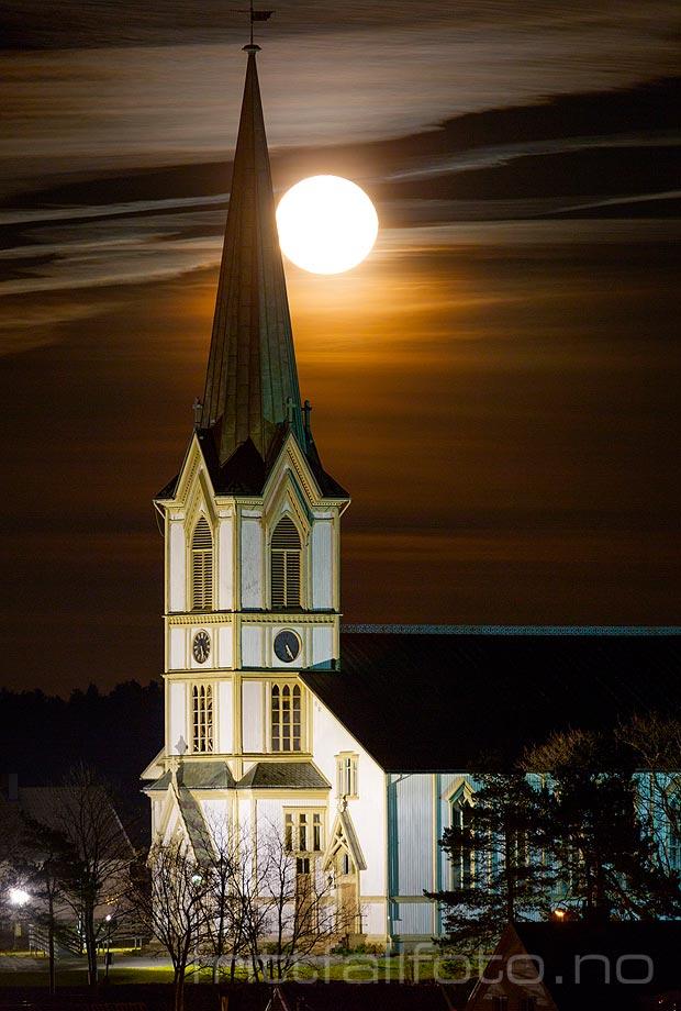 Månen lyser bak Lillesand kirke, Lillesand, Agder.<br>Bildenr 20161214-018.