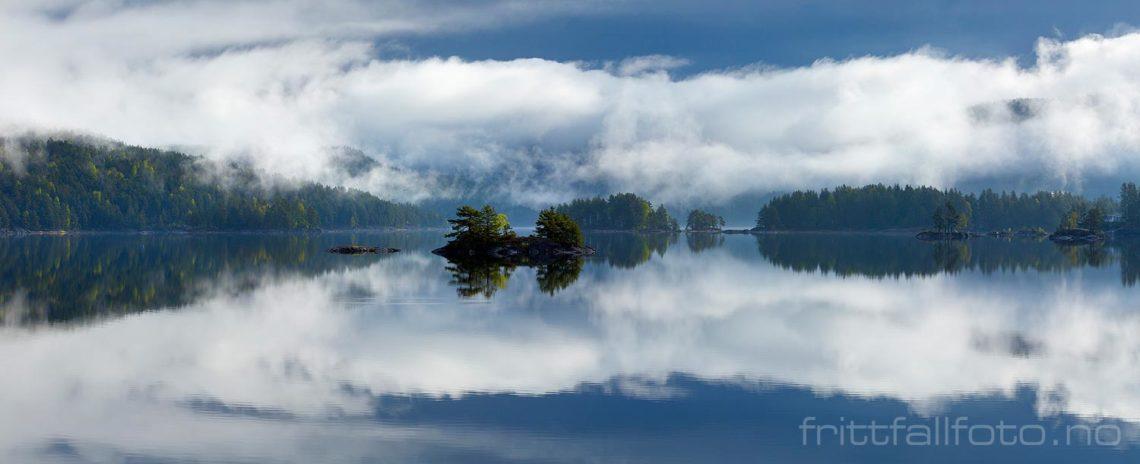 Tåkeskyer speiler seg i Toke, Drangedal, Vestfold og Telemark.<br>Bildenr 20170517-020-023.