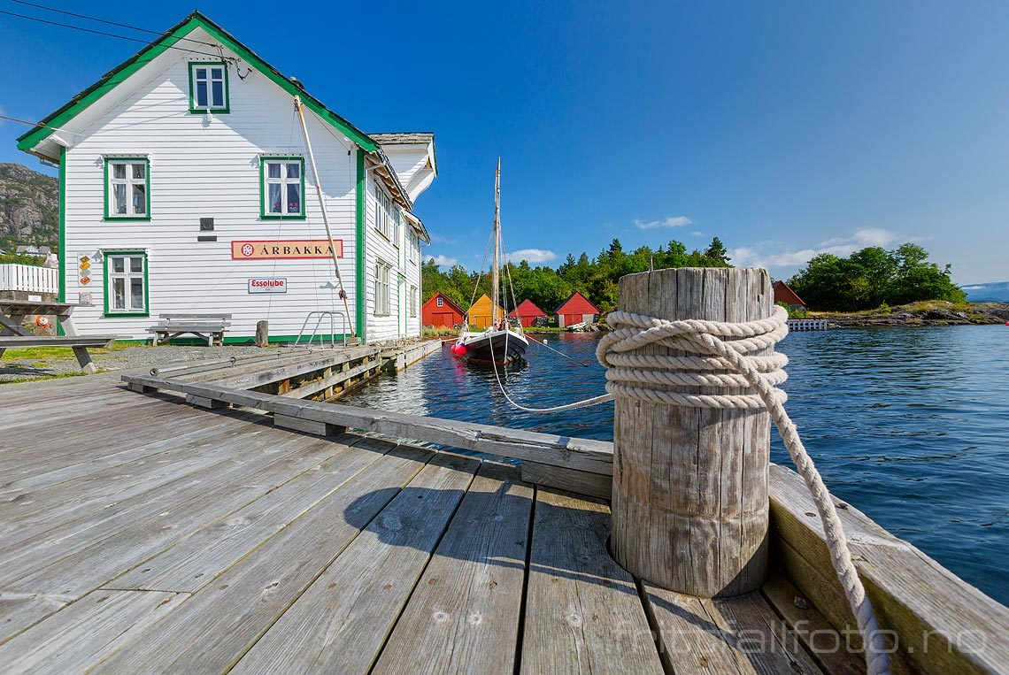 Ved det gamle handelsstedet Årbakka ved Onarheimsfjorden, Tysnes, Vestland.<br>Bildenr 20170822-311.