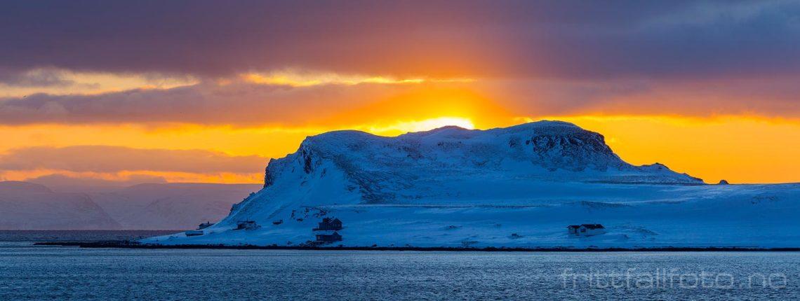 Februarmorgen ved Veidneset på Magerøya, Nordkapp, Troms og Finnmark.<br>Bildenr 20180212-0079-0082.