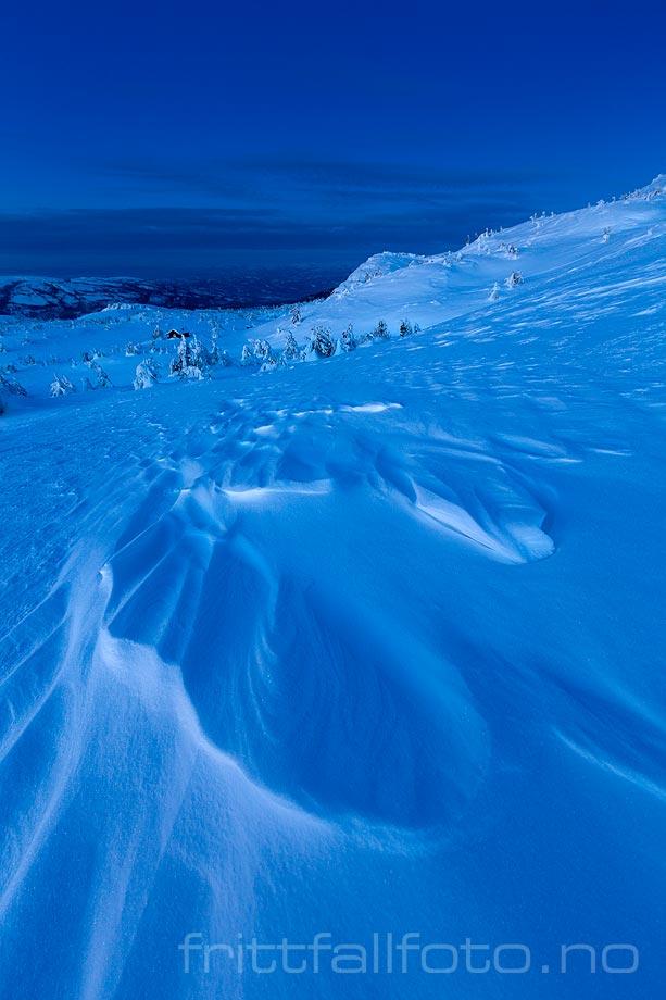 Sastrugi gir struktur til snøen ved Vierburoe på Lifjell, Midt-Telemark, Vestfold og Telemark.<br>Bildenr 20180310-027.