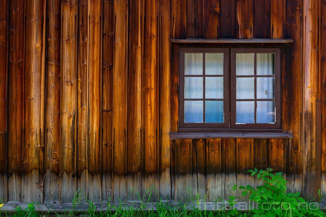 Gammel husfasade ved Norsk Folkemuseum på Bygdøy, Oslo.<br>Bildenr 20180527-062.