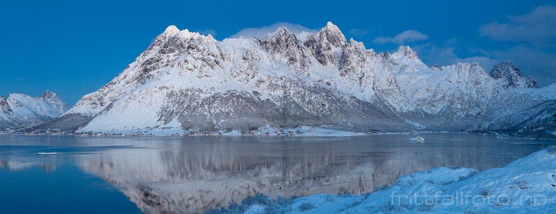Vinterlys ved Austnesfjorden på Austvågøya, Vågan i Lofoten, Nordland.<br>Bildenr 20181207-289-293.