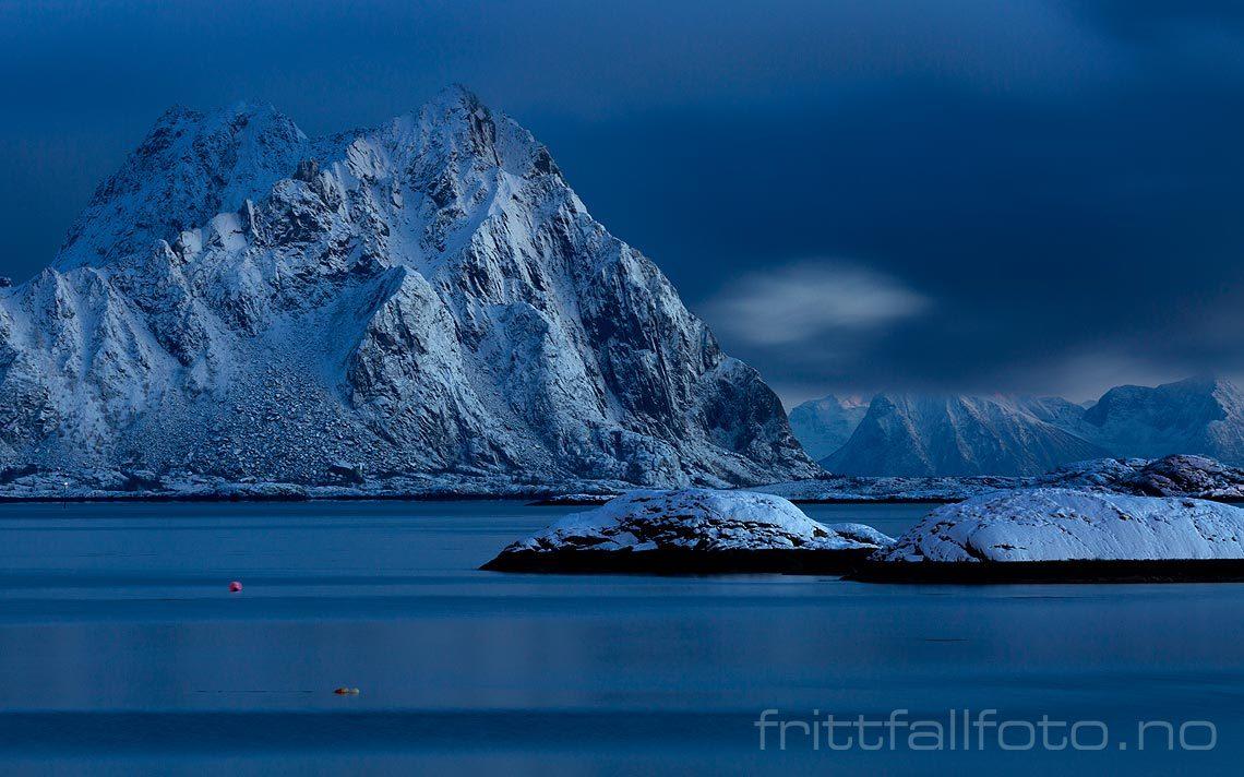 Mørketidslys nær Svolvær, Vågan i Lofoten, Nordland.<br>Bildenr 20181207-350.