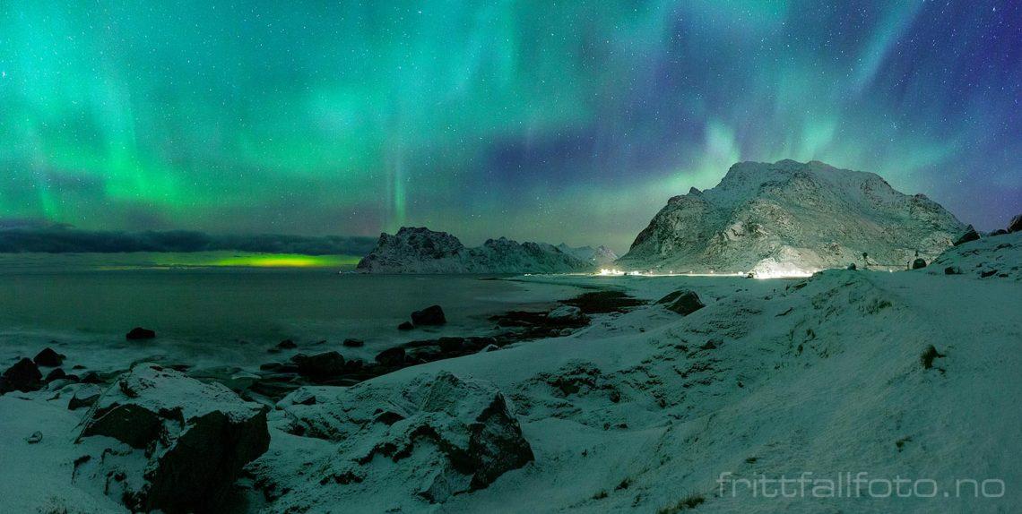 Nordlyset dekorerer nattehimmelen over Utakleiv, Vestvågøy i Lofoten, Nordland.<br>Bildenr 20181207-470-471.