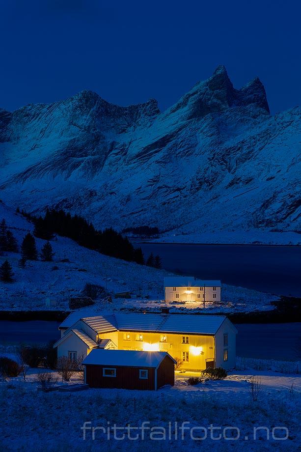 Vintermorgen ved Sundstraumen, Flakstad i Lofoten, Nordland.<br>Bildenr 20181208-019.