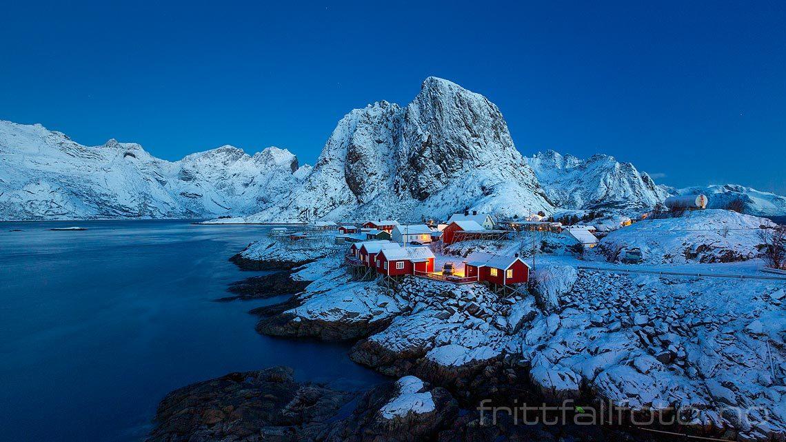 Morgen ved hamnøy på Moskenesøya, Moskenes i Lofoten, Nordland.<br>Bildenr 20181208-039.
