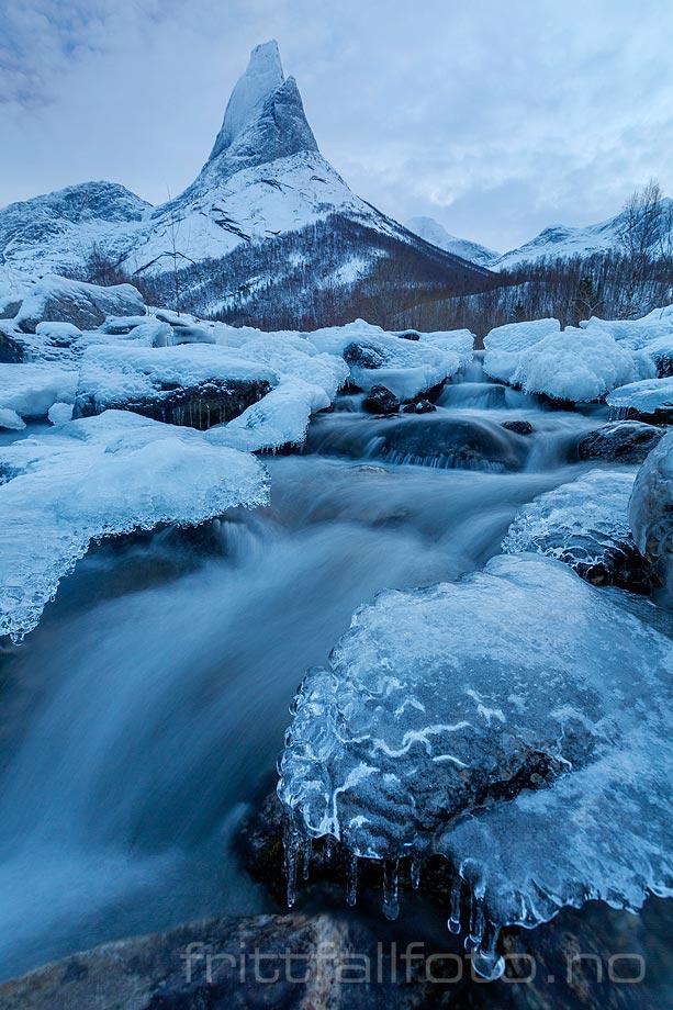 Stetinden ruver over Storelva ved Stefjorden, Narvik, Nordland.<br>Bildenr 20181210-325.