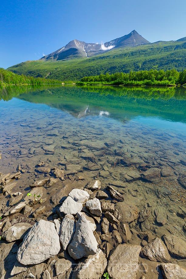 Blikkstille ved Barduelva under Istindan, Bardu, Troms og Finnmark.<br>Bildenr 20190728-020.