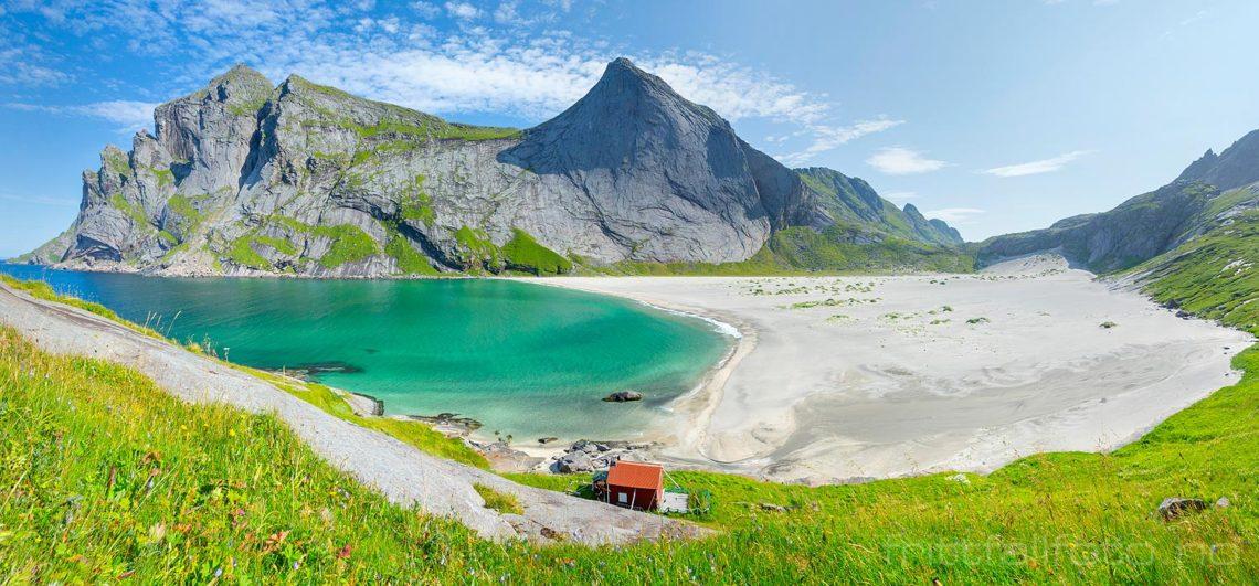 Ved Bunesstranda på Moskenesøya, Moskenes i Lofoten, Nordland.<br>Bildenr 20190731-0518-0524.