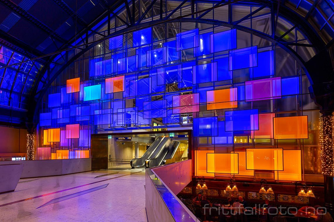 Lysdesign i Østbanehallen, Oslo.<br>Bildenr 20191126-041.