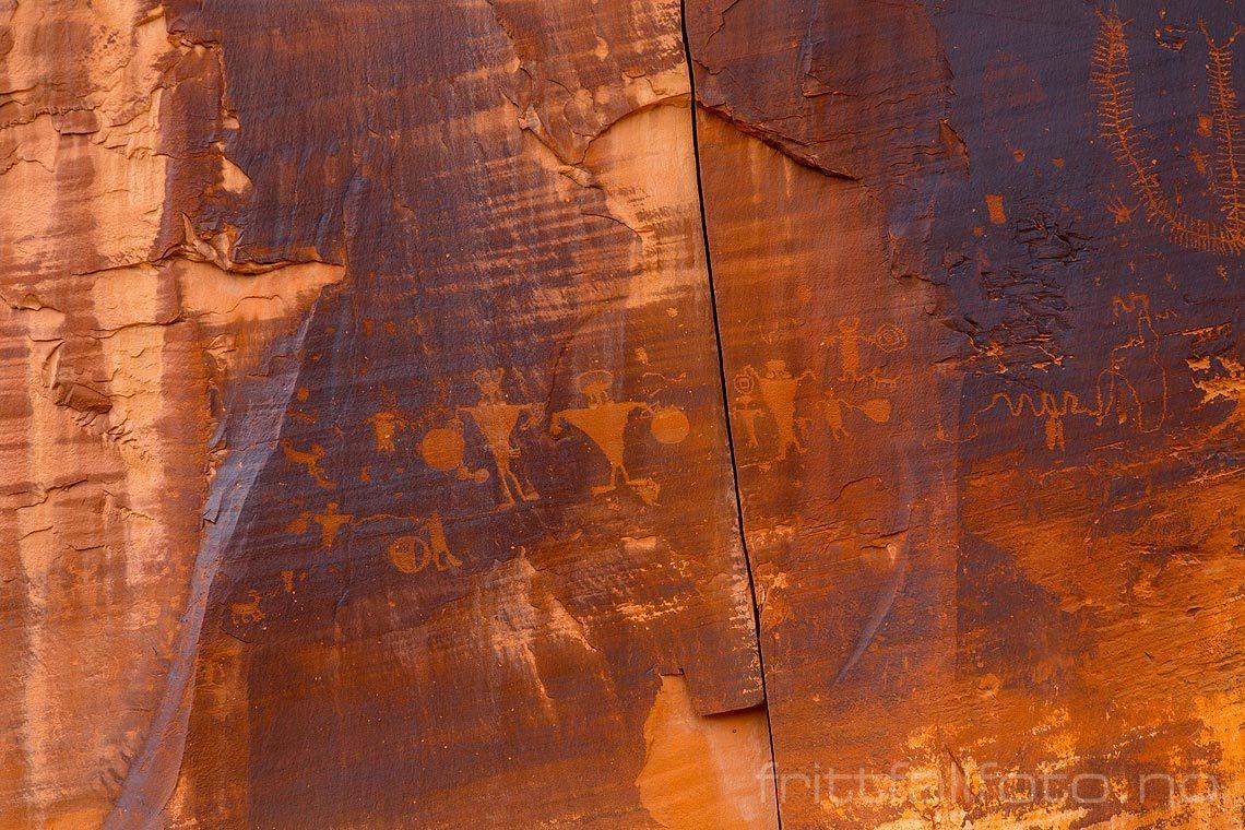 Petroglyfer på fjellvegg ved Poison Spider Mesa nær Moab, Grand County, Utah, USA.<br>Bildenr 20170408-211.