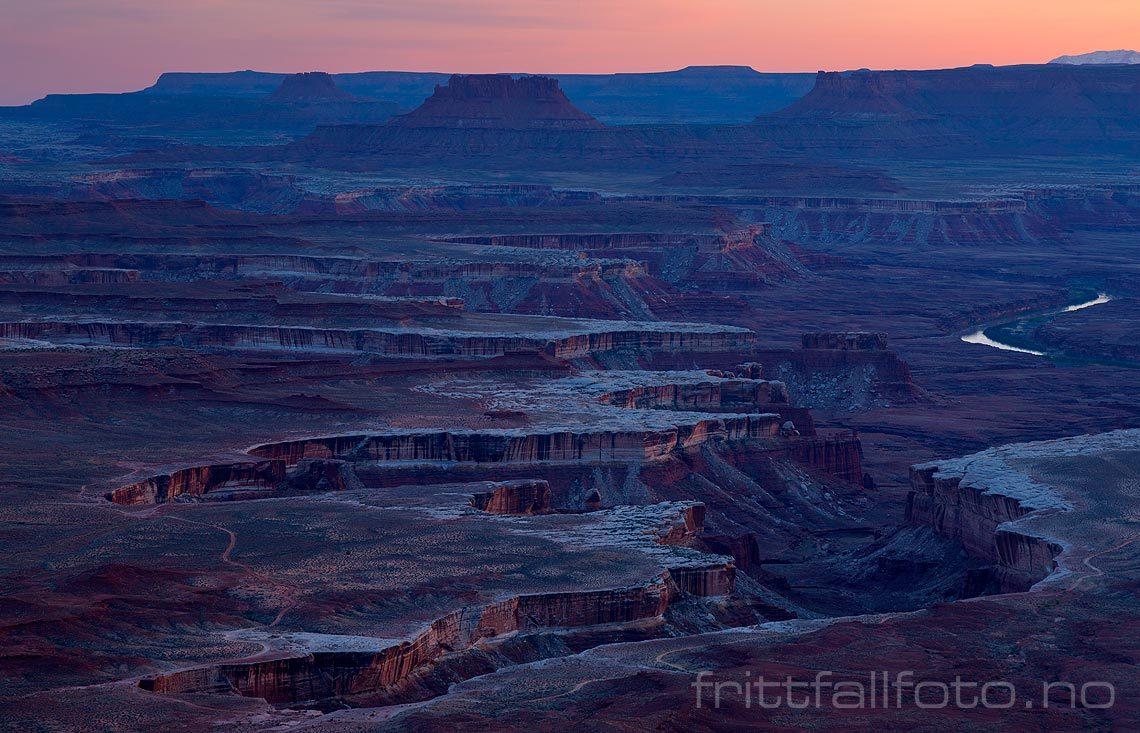 Kvelden senker seg over Soda Springs Basin i Canyonlands National Park, San Juan County, Utah, USA.<br>Bildenr 20170409-555.